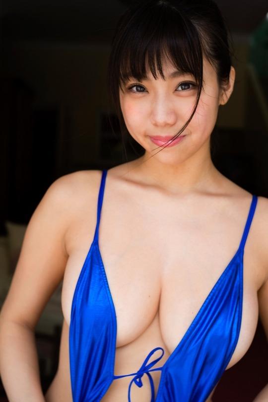 Hカップ鈴木ふみ奈ちゃんの下乳全開のイメージビデオがエロすぎると話題!