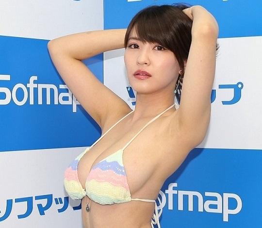 岸明日香さんが横乳全開ビキニで最新イメージビデオを紹介!