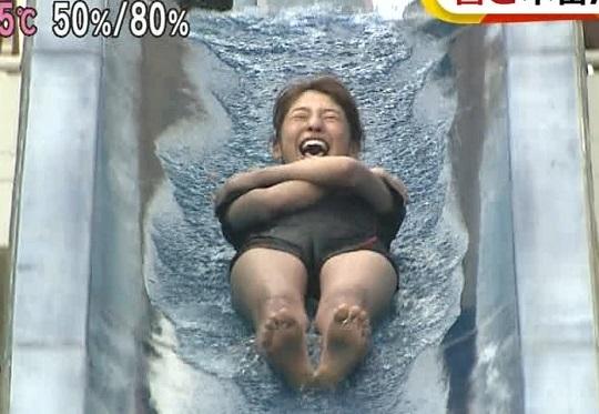 岡副麻希ちゃんがウォータースライダーでオマ●コの割れ目がくっきりと見えてしまうハプニング!GIF動画あり
