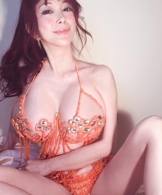 叶美香さんがエロすぎるマイクロビキニコスプレ姿をブログにアップし話題に