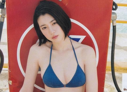 女優でモデルの三吉彩花(20)が初水着姿が披露!171cm肉感的なボディがエッチすぎると話題に