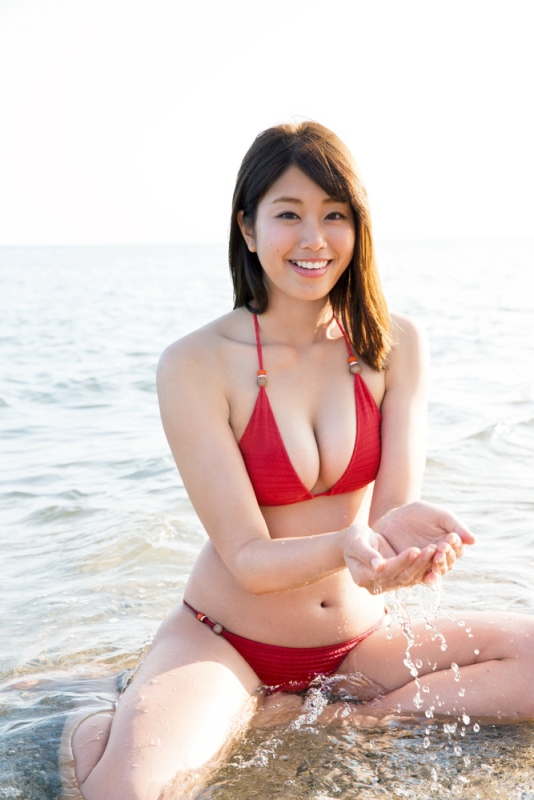 グラドル・稲村亜美ちゃんのスポーティーなプリケツ満載1st写真集が話題に!手ブラショットも有り!