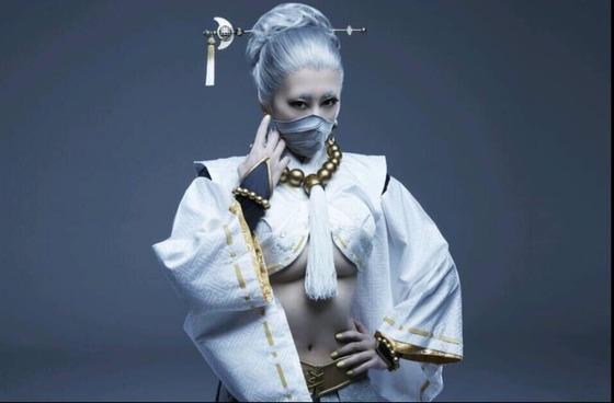 浅田舞さんが下乳全開のセクシー衣装で舞台にチャレンジし話題に!