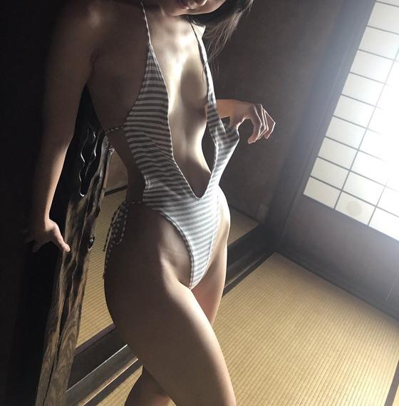川崎あやちゃんがツイッターにアップした水着画像が極上のクビレだと話題に