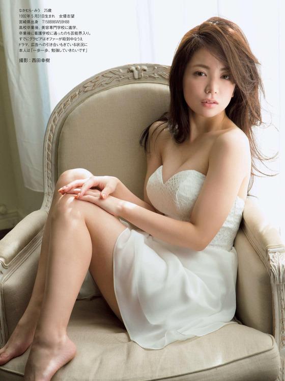 女優デビューした新人グラドル仲村美海ちゃんの最新水着ショットがエッチすぎる