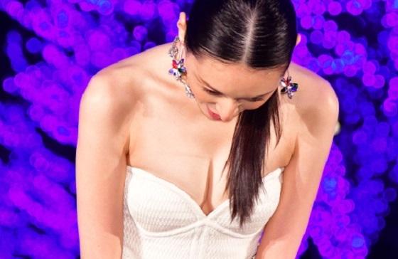 栗山千明さんが胸の谷間を強調したセクシードレス姿に!
