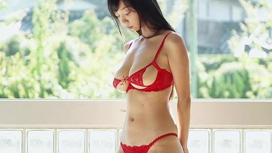 Iカップグラドル・青山ひかるちゃんがほぼおっぱい丸見えの下着姿を披露!