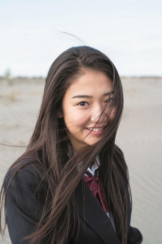 現役JKの東レキャンペンガール夢乃ちゃんの初水着姿で美乳を披露!