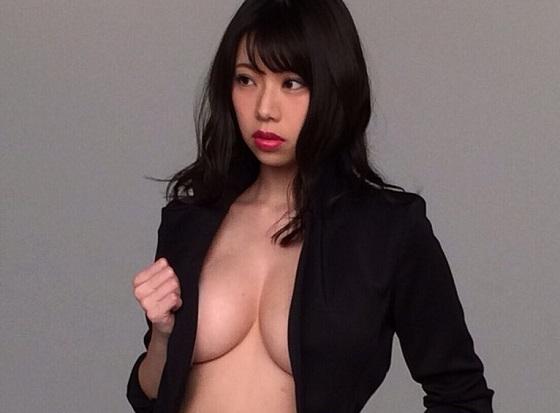鈴木ふみ奈ちゃんが上半身裸にジャケット一枚のエッチすぎる姿を披露し話題に